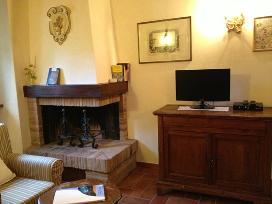 Agriturismo Rocca di Pierle: Fireplace and TV in Living Room