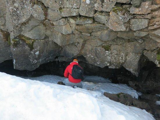 Eskimos Iceland: climbing down to the entrance of Buri