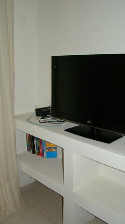 Club Yebo: TV and storage area
