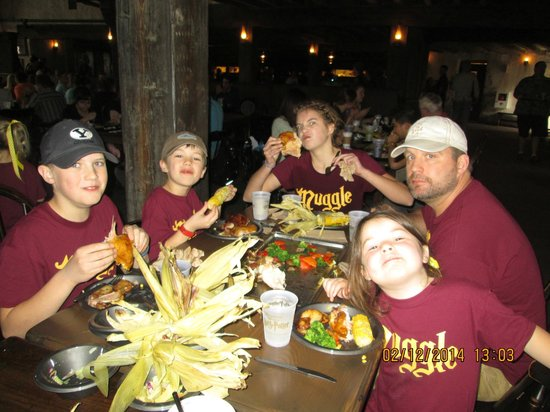 The Wizarding World of Harry Potter : Good Food and Great Atmosphere at The Three Broomsticks