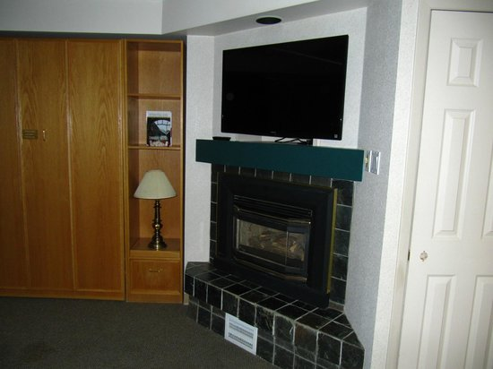 Lake Louise Inn: fireplace and TV
