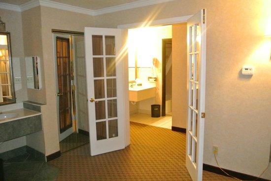 Best Western Airport Albuquerque InnSuites Hotel & Suites: DOORS BETWEEN THE BEDROOM  AND LIVING AREA