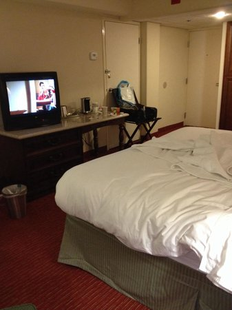 Lexington Hotel- Indianapolis Airport: Old tv, number bed didn't work, space is ok