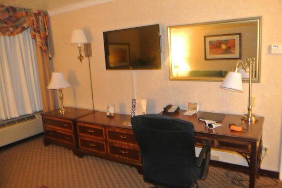 Best Western Airport Albuquerque InnSuites Hotel & Suites: 2ND FLAT SCREEN IN LIVING AREA