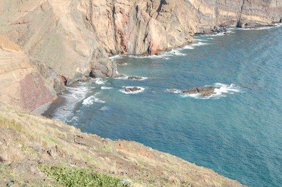 Ponta de São Lourenço : abgeschiedener Strand mit schwarzem Sand, bei den Einheimischen sehr beliebt