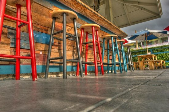 Duke's Seafood and Rib Shack: Barstools at the outdoor bar