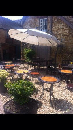 George Hotel: Outside seating area