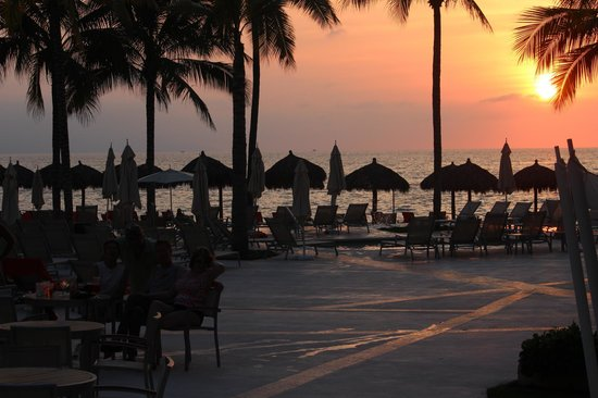 Now Amber Puerto Vallarta: Sitting next to the pool at sunset