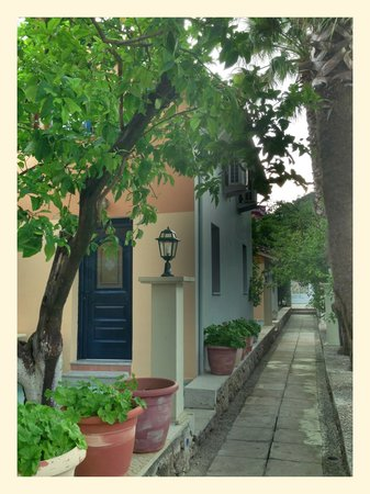Bacoli Hotel : Hotel garden and entrance to one or the rooms