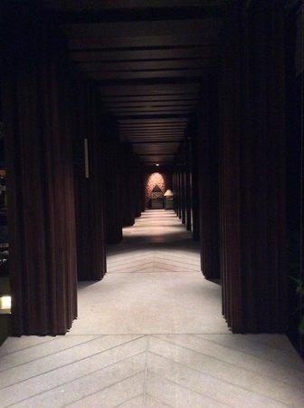 Pullman Phuket Arcadia Naithon Beach : Night shot of walkway to Vero Italian restaurant