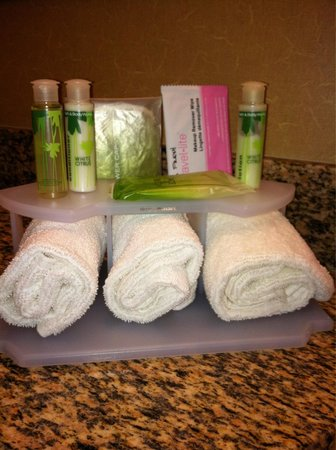 Holiday Inn Express Vancouver North Salmon Creek : Bathroom toiletries bath and body works shampoo conditioner and lotion