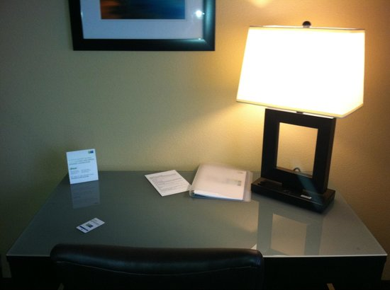Holiday Inn Express Vancouver North Salmon Creek: Desk is nice condition