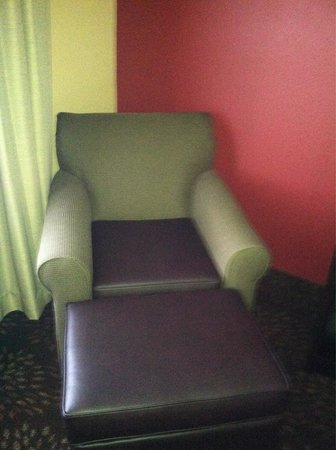 Holiday Inn Express Vancouver North Salmon Creek: Chair in room. I like the leather like top as it seemed cleaner