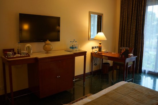 ITC Rajputana, Jaipur: tv and desk area