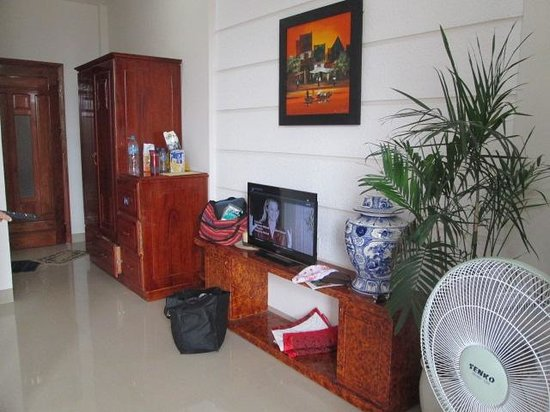 Hoang Thu Homestay: Room - lots of space and big tv