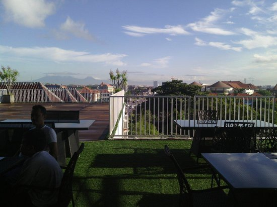 Q Hotel Bali: Resto Q hotel...you can have a breakfirst with a wonderful view of Kuta from this Rooftop