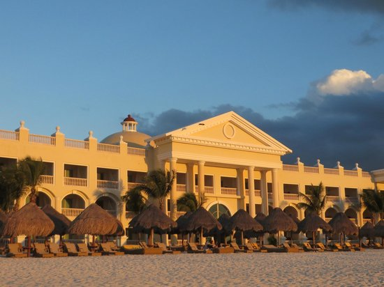 Iberostar Grand Hotel Paraiso: Ocean front rooms from the beach.