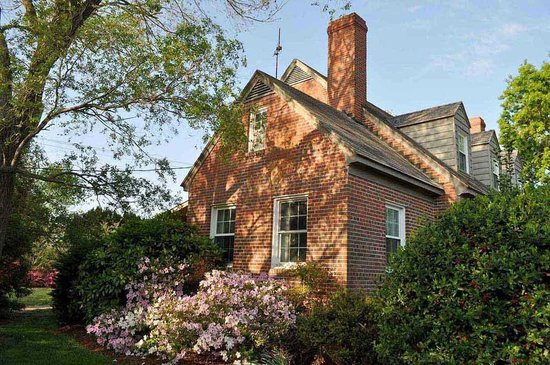 Fleeton Fields Bed & Breakfast: Azaleas on house foundation
