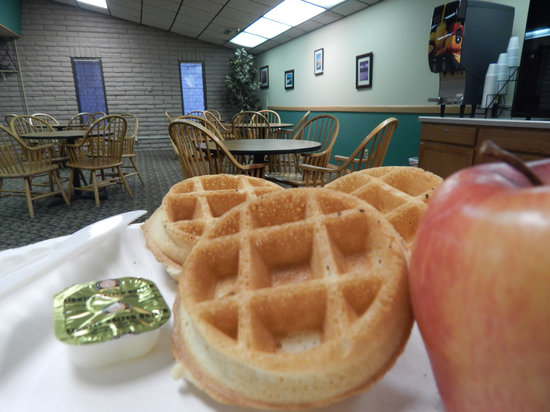 FairBridge Inn & Suites And Outlaw Convention Center: Hot Waffle Breakfast