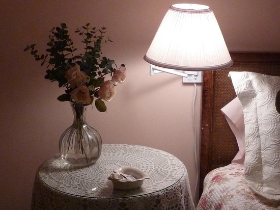 Heaven Scent Bed & Breakfast: The romantic Rose Room upstairs has a king bed and large window seat.