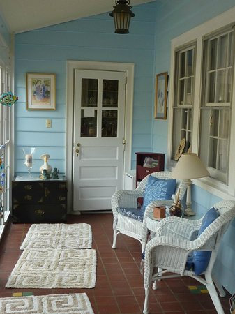 Heaven Scent Bed & Breakfast: Front hall seating often gives a view of nesting birds.