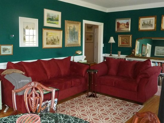 Heaven Scent Bed & Breakfast: Living room seating for chatting or watching movies; original artwork on every wall.