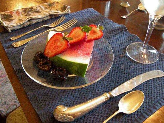 Fleeton Fields Bed & Breakfast: Breakfast begins with fruit