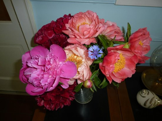 Heaven Scent Bed & Breakfast: Peonies, roses, many flowers from the garden brighten the rooms.