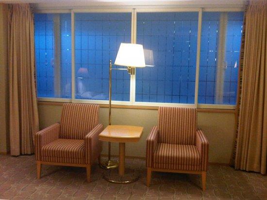 Hotel Okura Tokyo : Chair, table and lamp near the window