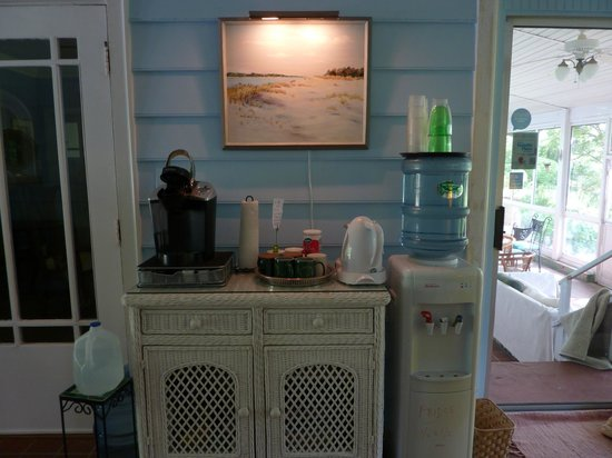 Deltaville, เวอร์จิเนีย: Coffee, tea, bottled water, fridge with beverages available in lobby