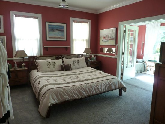 Heaven Scent Bed & Breakfast: Sunroom Suite on the ground floor, king bed, sunroom, en-suite bathroom with shower.