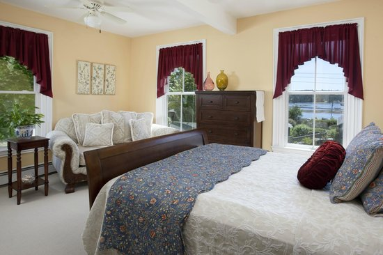 Clark Point Inn: Jordyn lea Guestroom - nice harbor WATER VIEW, 2nd floor, private bath, A/C