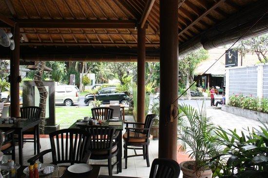 Puri Sading Hotel: Diningroom view to the street