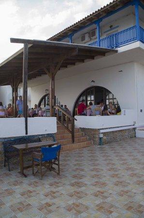 Christiana Beach Hotel : открытая часть кафе