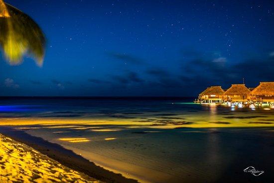 Hilton Moorea Lagoon Resort & Spa: Vue depuis la plage (Nuit)