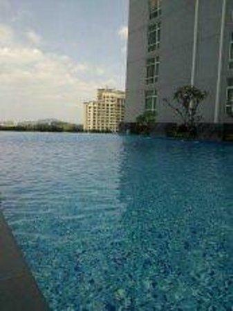 Hatten Hotel Melaka: Swimming Pool area - very windy