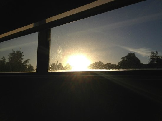 Astra Motor Lodge: Morning Sun coming into the bedroom