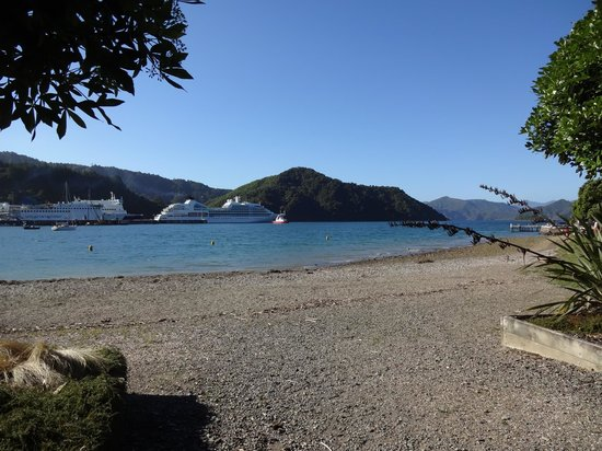 Harbour View Motel Picton : Shelley Beach with the ferries going along Queen Charlotte Sound