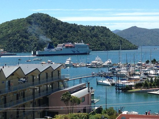 Harbour View Motel Picton : harbour view of Kaitaki docking