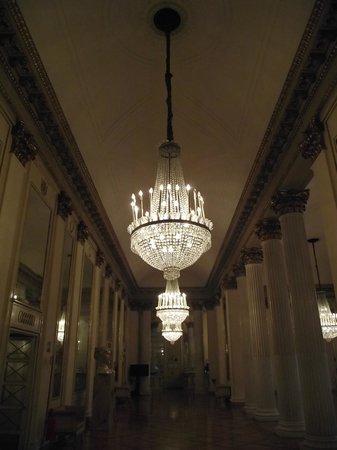 Scala de Milan (Teatro alla Scala) : Lustre de cristal na escadaria que dá acesso aos camarotes do teatro