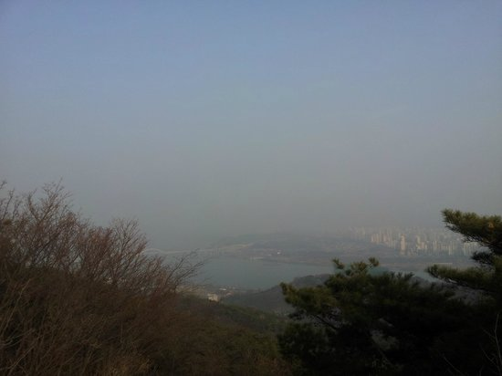 Achasan Mountain: Seoul view, sunny but polution