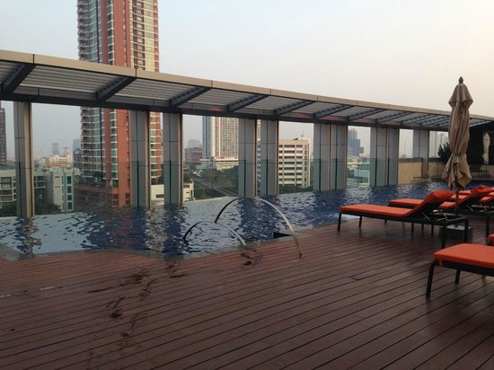 Bangkok Marriott Hotel Sukhumvit : Lovely, but very very cold, pool