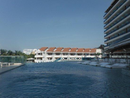 Hotel Las Américas Casa de Playa: Piscine du Torre del Mar et immeubles blancs aux toits rouges du Casa de Playa