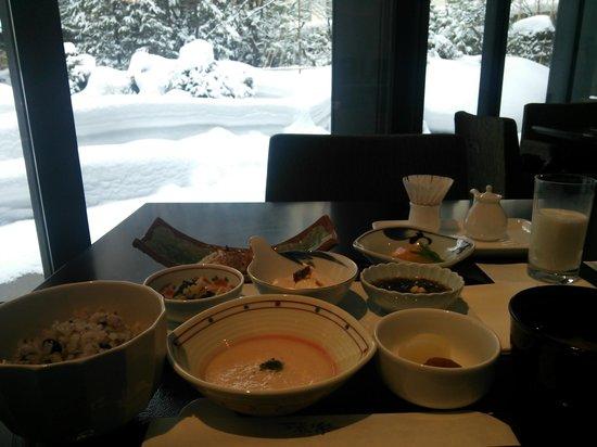 Sapporo Grand Hotel : 雪景色の日本庭園を眺めながらの朝食