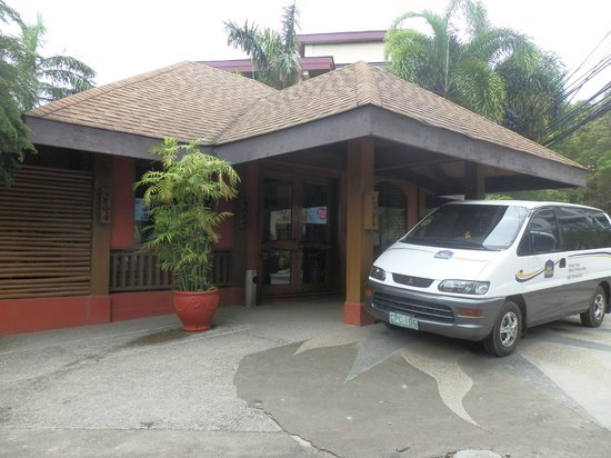 Best Western Boracay Tropics Resort: View from the outside/main road