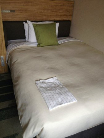 Hotel Sunroute Ariake : Bed with nightshirt supplied
