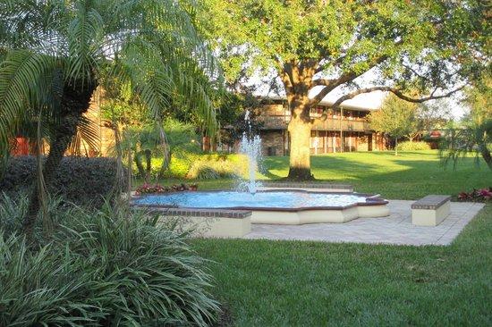 Rosen Inn International: fountain on the way to lobby and restaurant,very neatly kept grounds