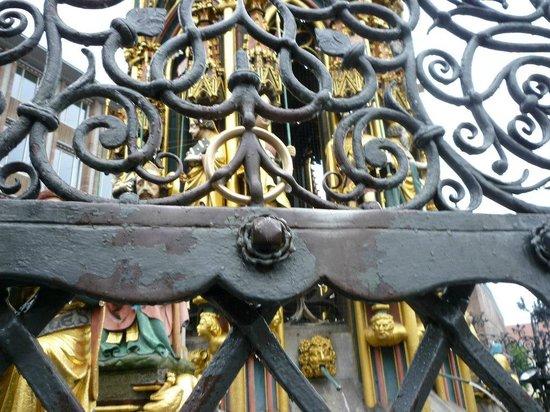 Der Schöne Brunnen: この金色の輪を回すと願い事が叶う。