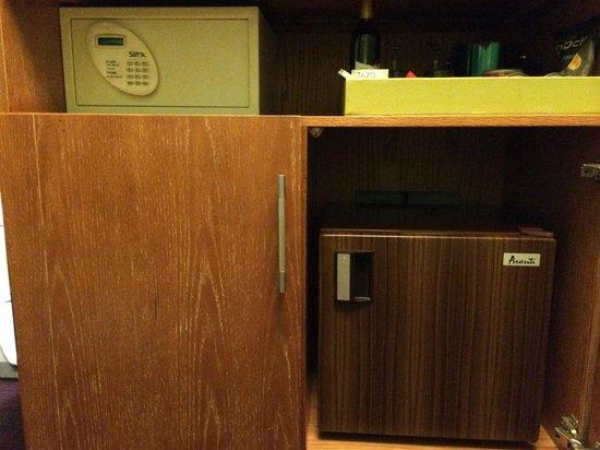 Galleria Park Hotel: 金庫と冷蔵庫