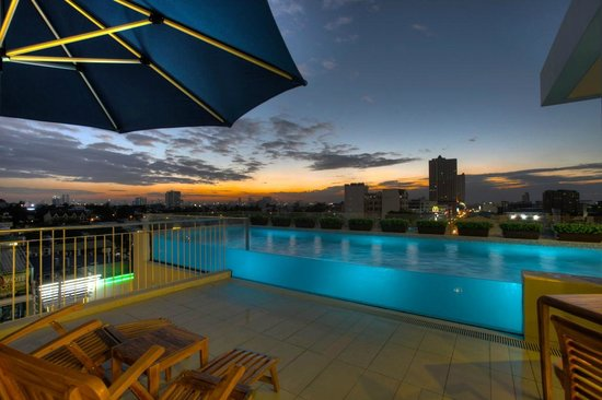 Luxent Hotel: pool at night
